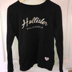 """Snygg svart Hollister tröja med """"guldigt tryck""""🧡🧡Använd men fortfarande fint skick, passar S men även M"""