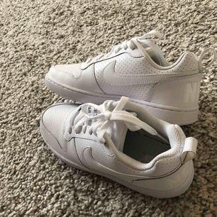 Säljer ett par as snygga vita sneakers som är oanvända. Säljer pågrund av att dom är försmå för mig. Nypris 600,Säljer dom för 400 inklusive frakt