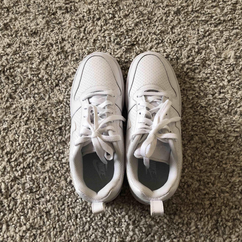 Säljer ett par as snygga vita sneakers som är oanvända. Säljer pågrund av att dom är försmå för mig. Nypris 600,Säljer dom för 400 inklusive frakt . Skor.