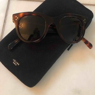 Melerade solglasögon från Celine model CL 41053/S. Sparsamt använda, inga repor inga skavanker. Toppskick!