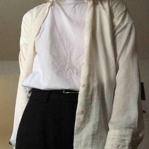 Skön offwhite blus/skjorta. 80 kr + 45 kr frakt!