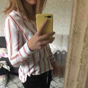 Snygg och bekväm skjorta/blus ifrån bikbok