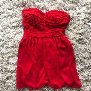 Röd klänning i storlek 36 använd 1 gång