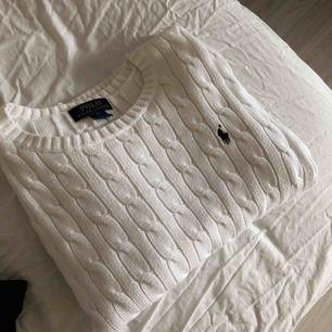Säljer en snygg Ralph Lauren kabel stickad tröja. Blivit för liten för mig. Använt fåtal gånger så är som ny. Nypris 700