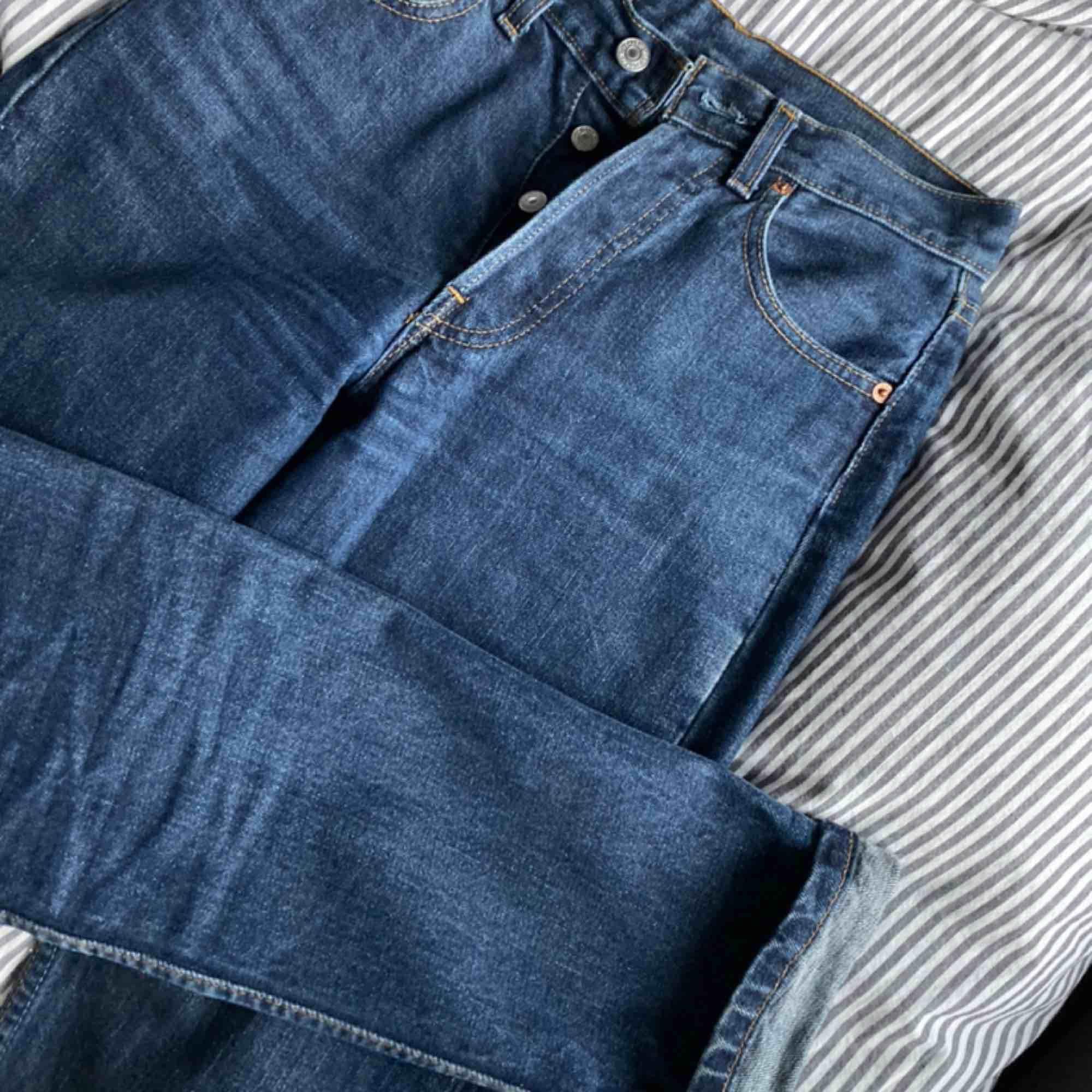 Skitsnygga äkta Levisjeans med raka ben, köpta på second hand, sitter som en smäck. Tyvärr för små för mig så kan inte använda dem längre. Mötes upp i falun eller frakt 49kr.. Jeans & Byxor.