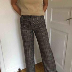 Utsvängda rutiga kostymbyxor, De är använda men i bra skick. De är ganska små i storleken så de funkar bäst för en     XS eller liten S!