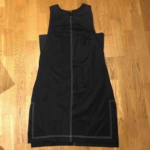 """Ny klänning från Lindex """"sport kollektion"""" marinblå med vita stickningar i superstretchigt material."""