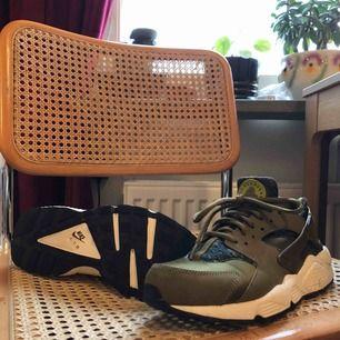 OBS! Små i storleken. Passar strl 38/39.  Nike huarache som är använda två gånger och ser nästintill nya ut. En liten liten defekt finns på en av sulorna, se bild 3. Kan mötas upp i Uppsala, annars står köparen för frakt.⚡️📦