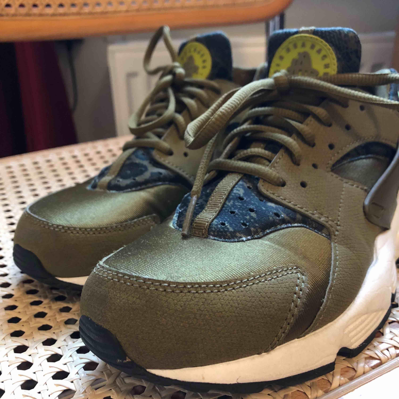 OBS! Små i storleken. Passar strl 38/39.  Nike huarache som är använda två gånger och ser nästintill nya ut. En liten liten defekt finns på en av sulorna, se bild 3. Kan mötas upp i Uppsala, annars står köparen för frakt.⚡️📦. Skor.