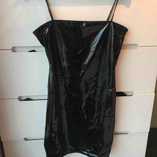 """Svart """"lackad"""" klänning från NLY one i 35 . Aldrig använd bara haft den på mig för att prova/fota."""