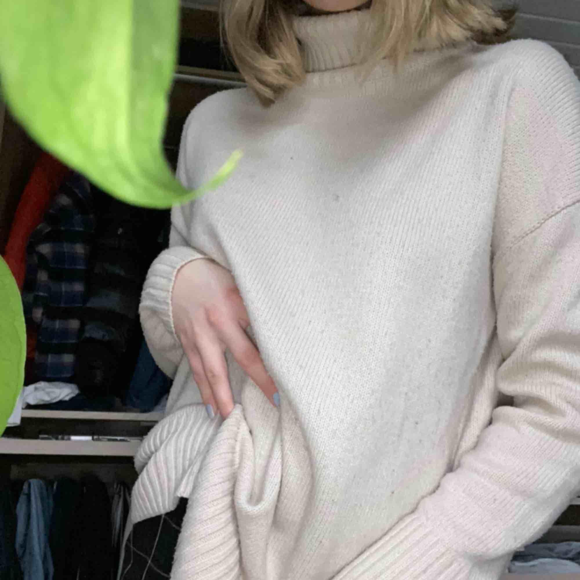 Varm och skitsnygg oversized polotröja i stickat från lager157. Kan frakta eller möter upp i falun💓. Stickat.