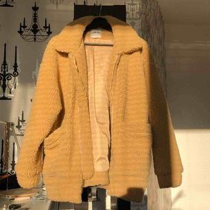 Intressekoll på min I AM GIA pixie coat, extremt populär jacka!! Inköpt förra året och mycket sparsamt använd, då den är mycket oversize skulle den säkert kunna passa upp till en M, kanske t.om. en L beroende på hur man vill att den ska sitta.