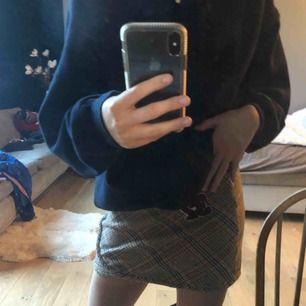 Super snygg rutig vintage style kjol från Zara.✨ Så fin kjol som sitter jätte snyggt på rumpan osv. Kjolen går att styla hur snyggt som helst och passar för alla olika typer av situationer. 🌟Älskar denna kjol men säljer för behöver pengar!😆