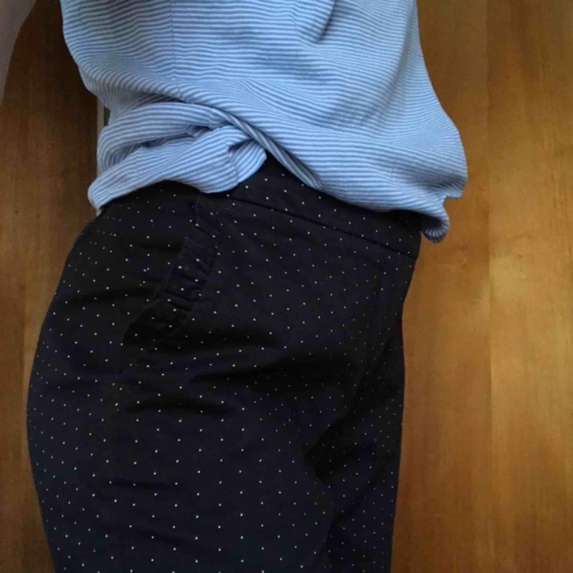 Riktigt snygga och knappt använda kostymbyxor från Medicine! Har även hemmagjorda hylsor för skärp. Frakten ingår!. Jeans & Byxor.