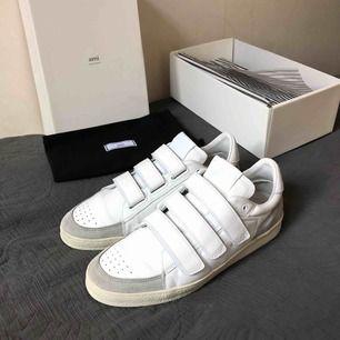 Sjukt fina skor från märket AMI PARIS Aldrig använda, nyskick! Köpta för 3300kr!  Köpta bara för någon månad sen men passade mig inte.