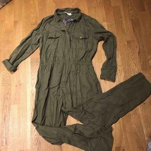 Jumpsuit i oversize storlek. Army- modell.Ny med prislappen kvar. Köpt på Promod för 600:-