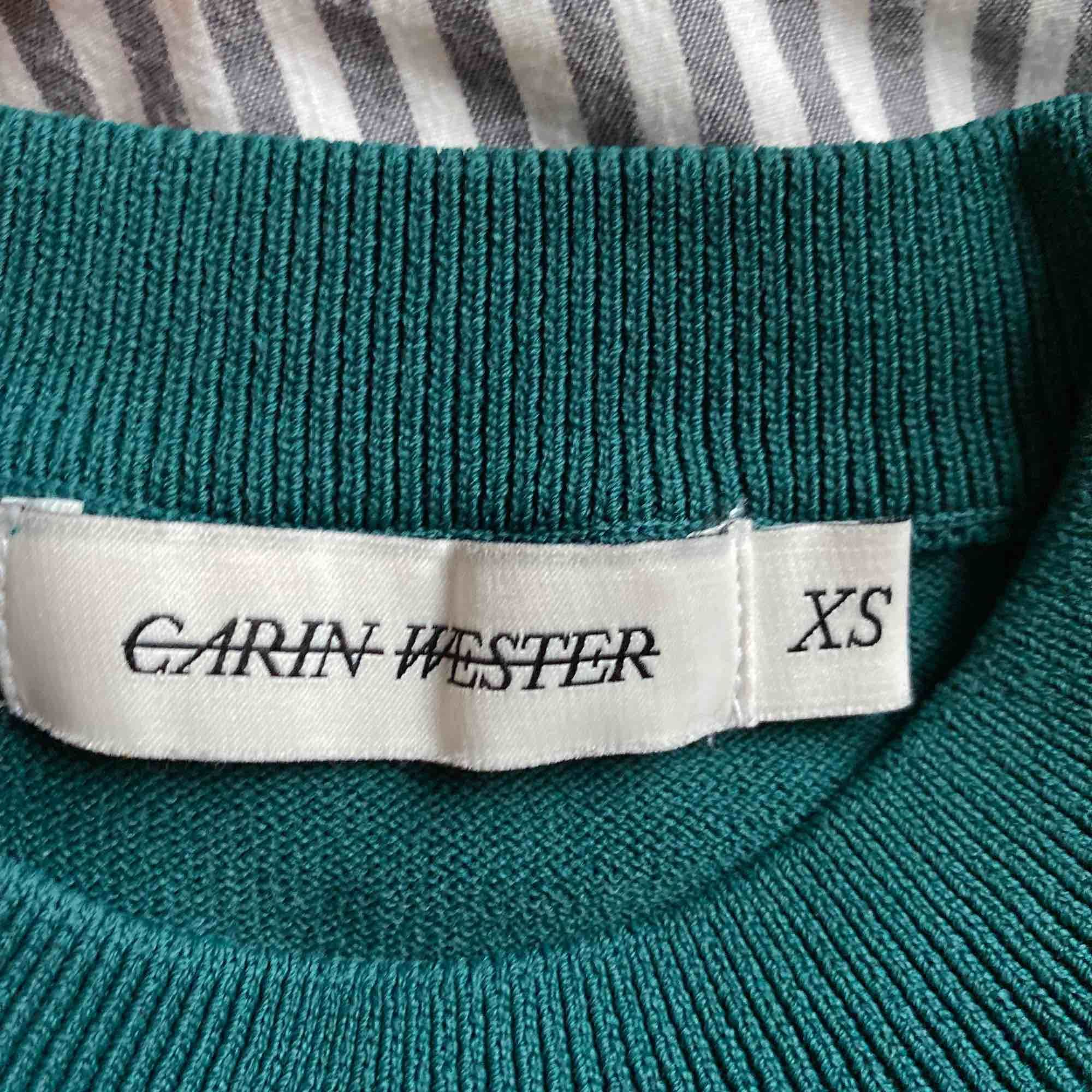 Assnygg mörkgrön tröja med puffärmar, som volanger, på ärmarna. Sitter jättesnyggt, är köpt på åhlens förra året. Frakt 49kr eller möter upp i falun💗. Toppar.