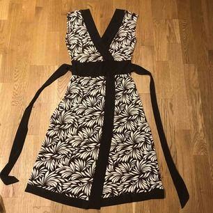 Designklänning köpt i Mexico. Stretchmaterial i brunt och vitt.
