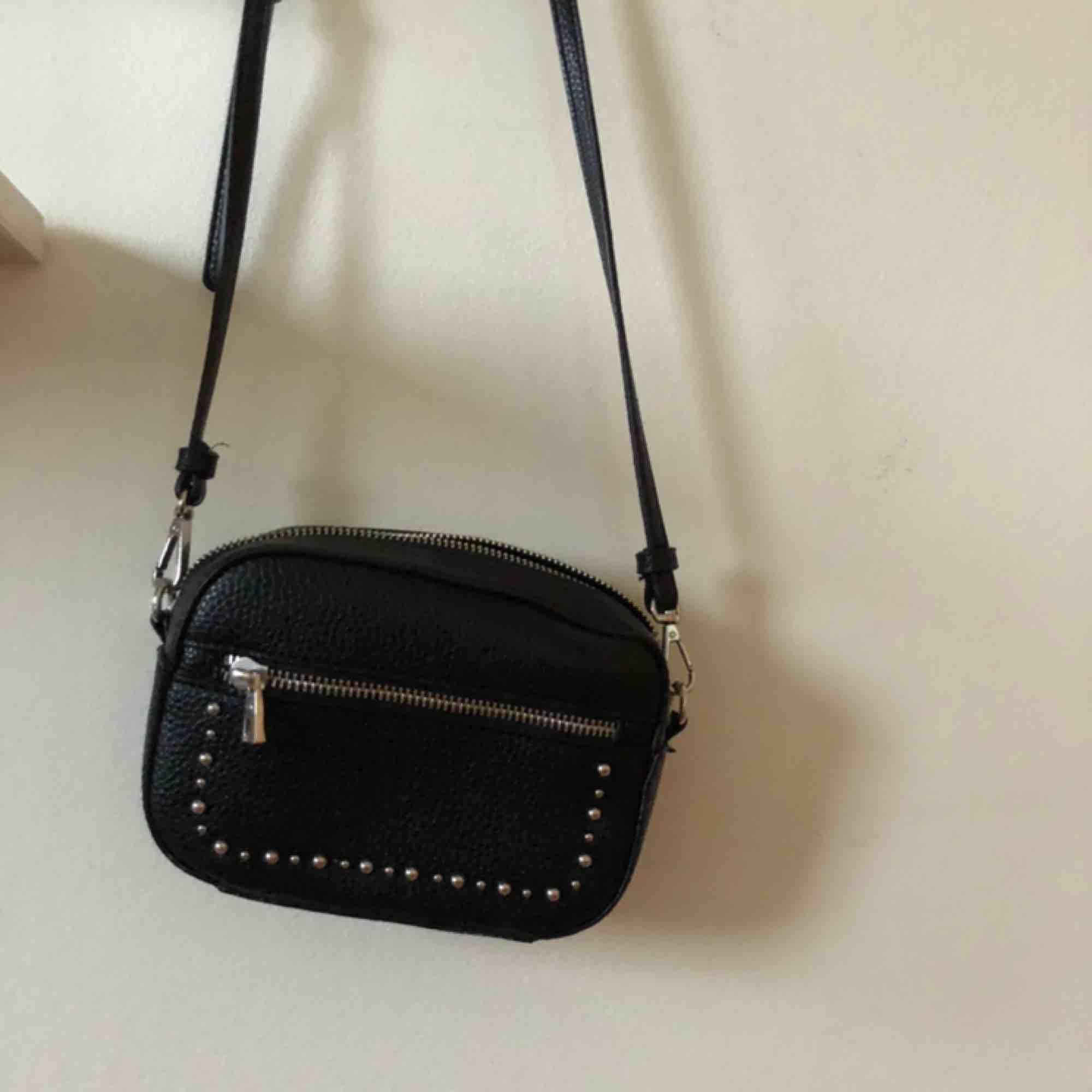 Handväska från Zara. Innerfickor och ficka fram. Nyskick. Väskor.