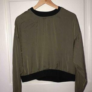 Super cool och skön tröja från bik bok⚡️ i ett ganska tunt material med svarta muddar som detaljer💛💛  passar alla med storlek 36-40 beroende på hur man vill att den ska sitta