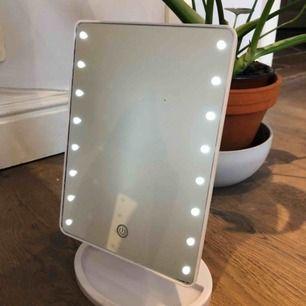Sminkspegel med ledlampor! Ca 20x15 cm Laddas med vanlig samsung laddare eller så använder man 4st AA batterier. Roteringsbar samt att man kan vinkla den Inköpspris 400kr