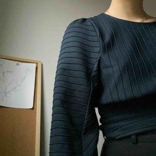 Ball tröja med snygg figur från H&M, lite glansig och med ballongärmar. Frakt 49kr eller möter upp i falun🤩