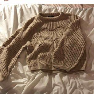 Rosa/beige stickad tröja, superfin nu till vintern! Armarna är lite åt det puffigare hållet. Supergullig! Kan mötas upp eller så står köpare för frakt