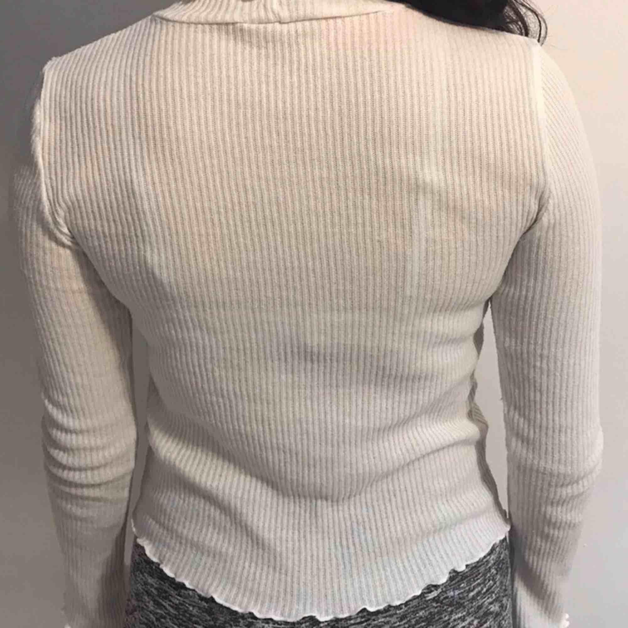 Vit tröja från H&M i storlek S. Är lite see through❤️. Toppar.