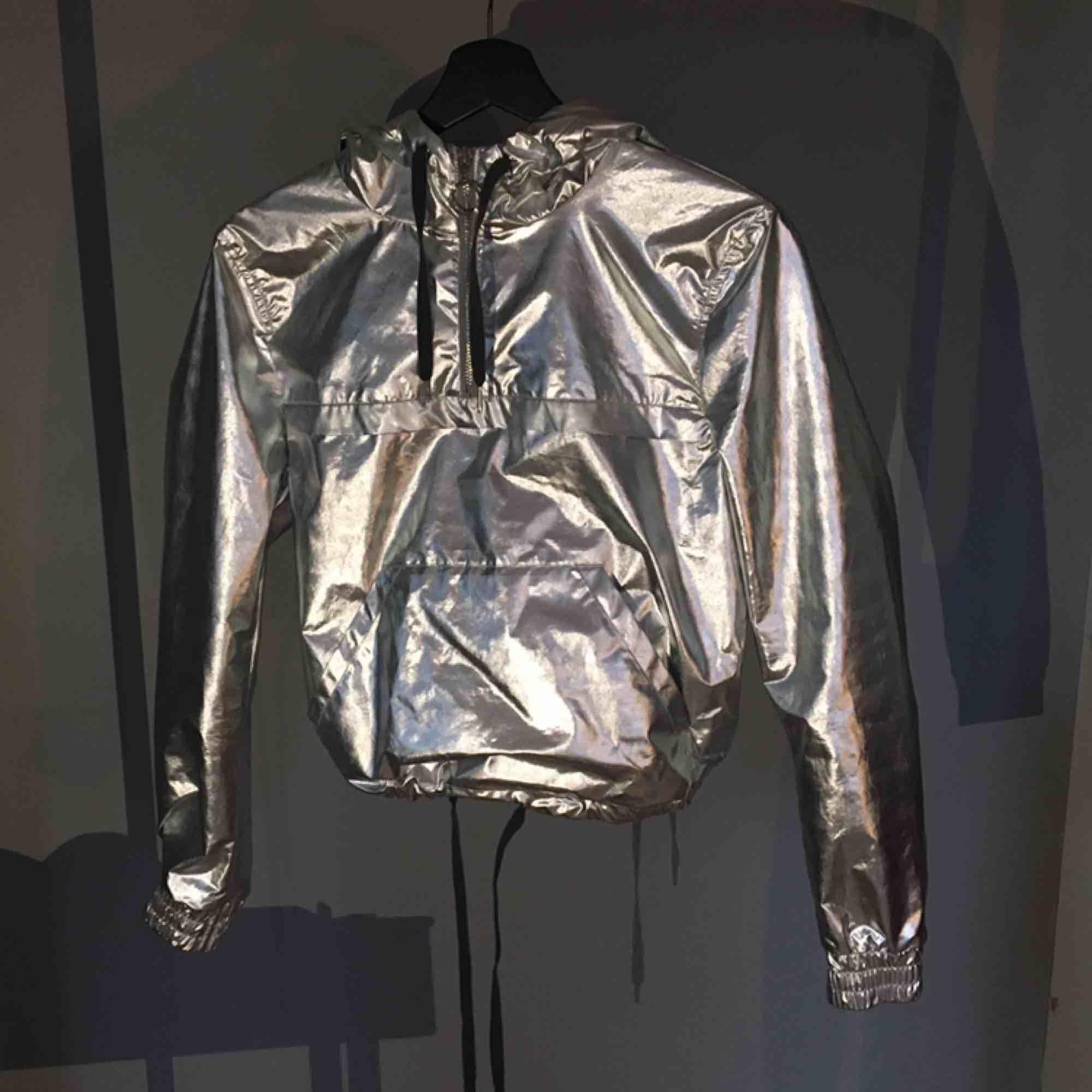 Reflekterande jacka/tröja. Aldrig använd. Vet inte hur gammal men den är från HMs coachella kollektion.  Frakt ingår inte.. Jackor.