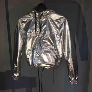 Reflekterande jacka/tröja. Aldrig använd. Vet inte hur gammal men den är från HMs coachella kollektion.  Frakt ingår inte.