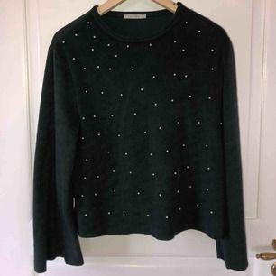 Super mysig tröja från zara med pärlor på🥰🥰 Den är i ett grönt lurvigt material med utsvängda armar och ett bra skick❤️❤️
