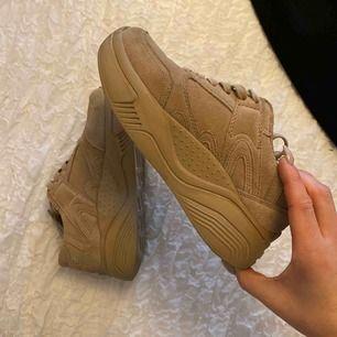Snygga chunky sneakers från ZARA, i äkta läder. Knappt använda så dom är i ett fint skick.