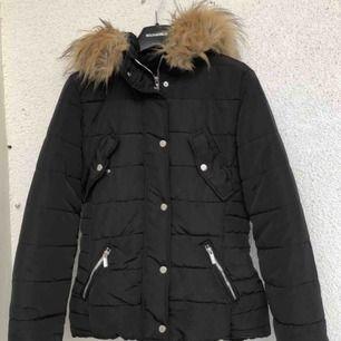 Säljer en svart vinterjacka i storlek 34 för 200kr. Den är använd men är i väldigt bra skick. Frakten får man betala själv.