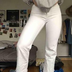 WEEKDAY JEANS - VOYAGE    Supersnygga vita jeans från weekday med avklippta croppade ben. De har strl 28 i midjan men har nog krympt lite i tvätten så skulle säga att den passar bra till 27 också! Har ej används mer än 7 gånger!