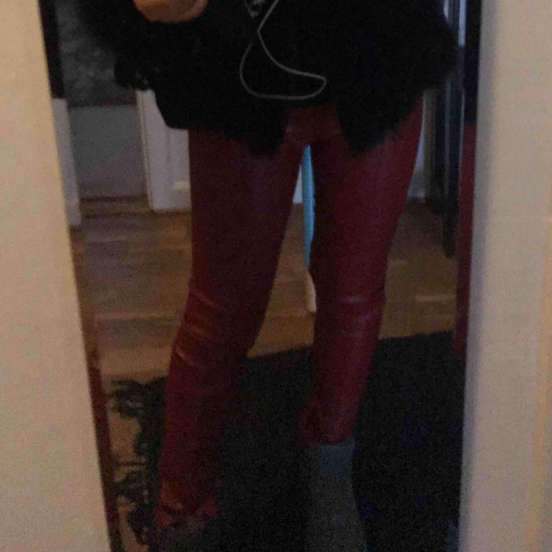 """Röda """"skinn"""" byxor från zara. Använda 2-3gånger bara så absolut i nyskick! . Jeans & Byxor."""