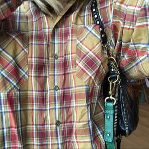 Oversized gubbskjorta/flanell! Väldigt fina färger🌟👍🏽 Tröjan går att stylea på måånga olika sätt, den är väldigt användbar. Väldigt snygg passform och härligt material.