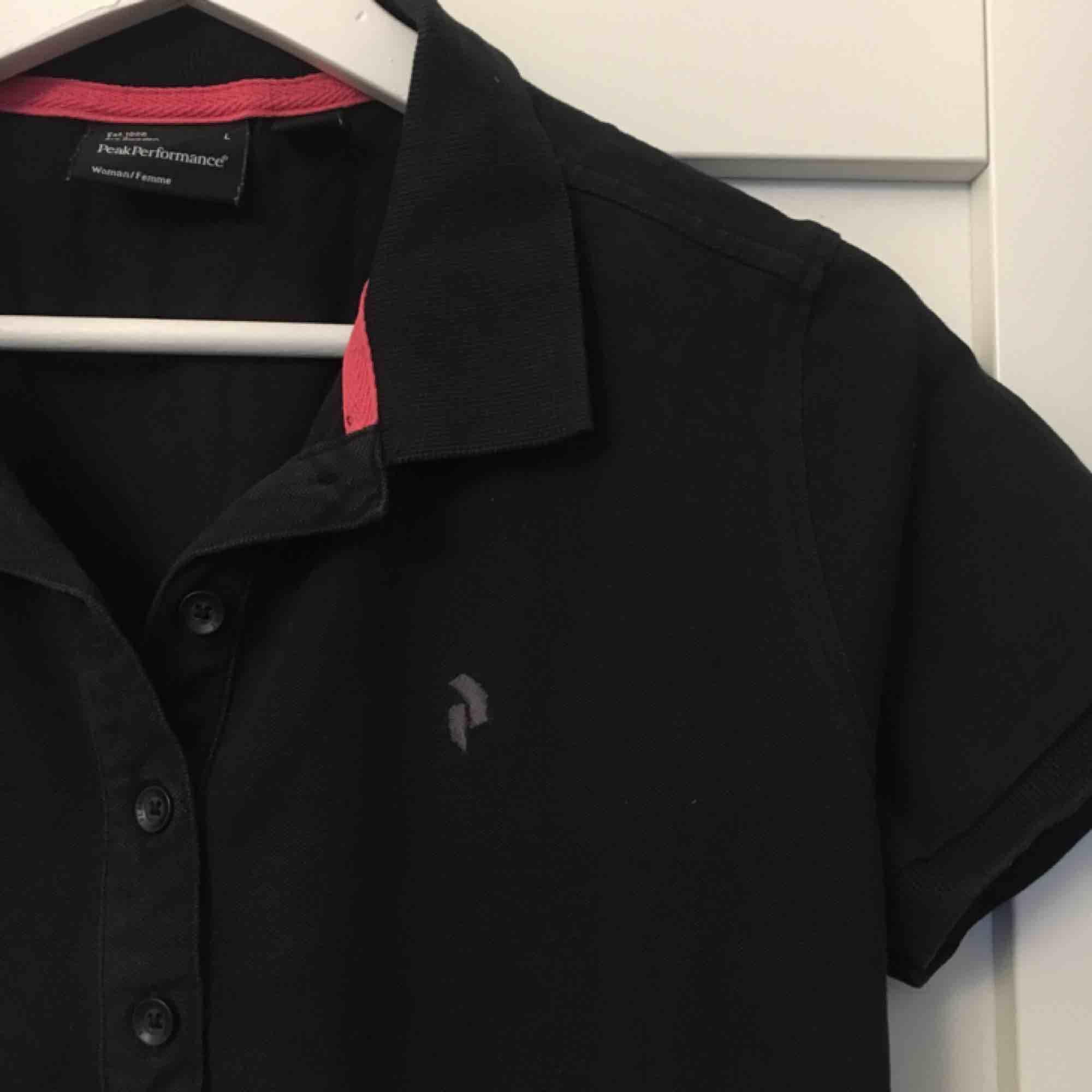 Marinblå pike från peakperformance, säljer pga för liten. Har blivit lite solblekt därav billiga priset.  Köparen står för frakten :). T-shirts.