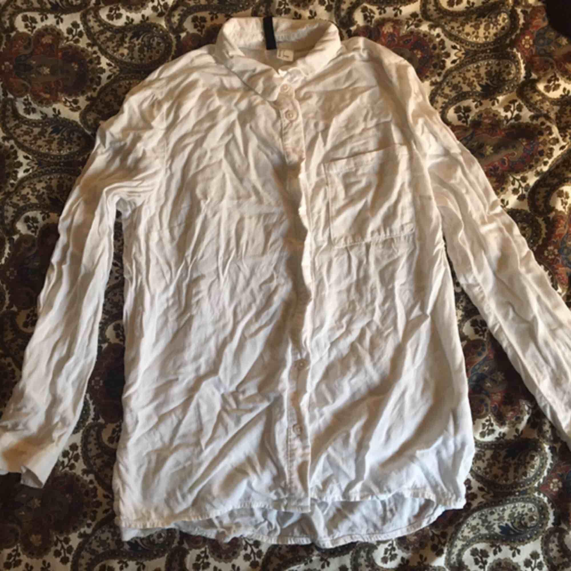 Något ostruken men annars fin och bra vit skjorta! Sparsamt använd och i väldigt fint skick. Passar perfekt under något eller som den är. Vid frakt står köparen för kostnaden 💌. Skjortor.