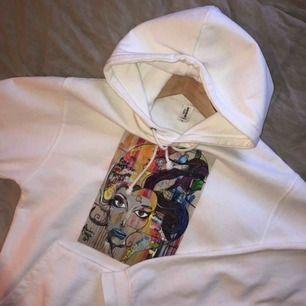 Fin vit hoodie med tryck ifrån thecoolelephant (äkta) i väldigt bra skick. Säljs för att den ej används mer av mig och vill gärna att den ska komma till användning:). Bud på 350kr inkl frakt just nu! hör gärna av er kring frågor så svarar jag fort 😄