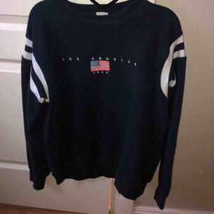 Snygg marinblå sweatshirt med tryck från brandymelville. Fint skick! Storlek one size, skulle säga att den passar allt från xs-l beroende på hur man vill att den sitter! Nypris ca 400kr Frakt tillkommer💫