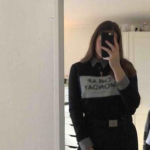 Säljer en så fin sweatshirt från cheap monday då den inte används så ofta. Tröjan är ca 2 år gammal men i mycket fint skick. Möts upp i Örebro, annars står köparen för frakten🖤