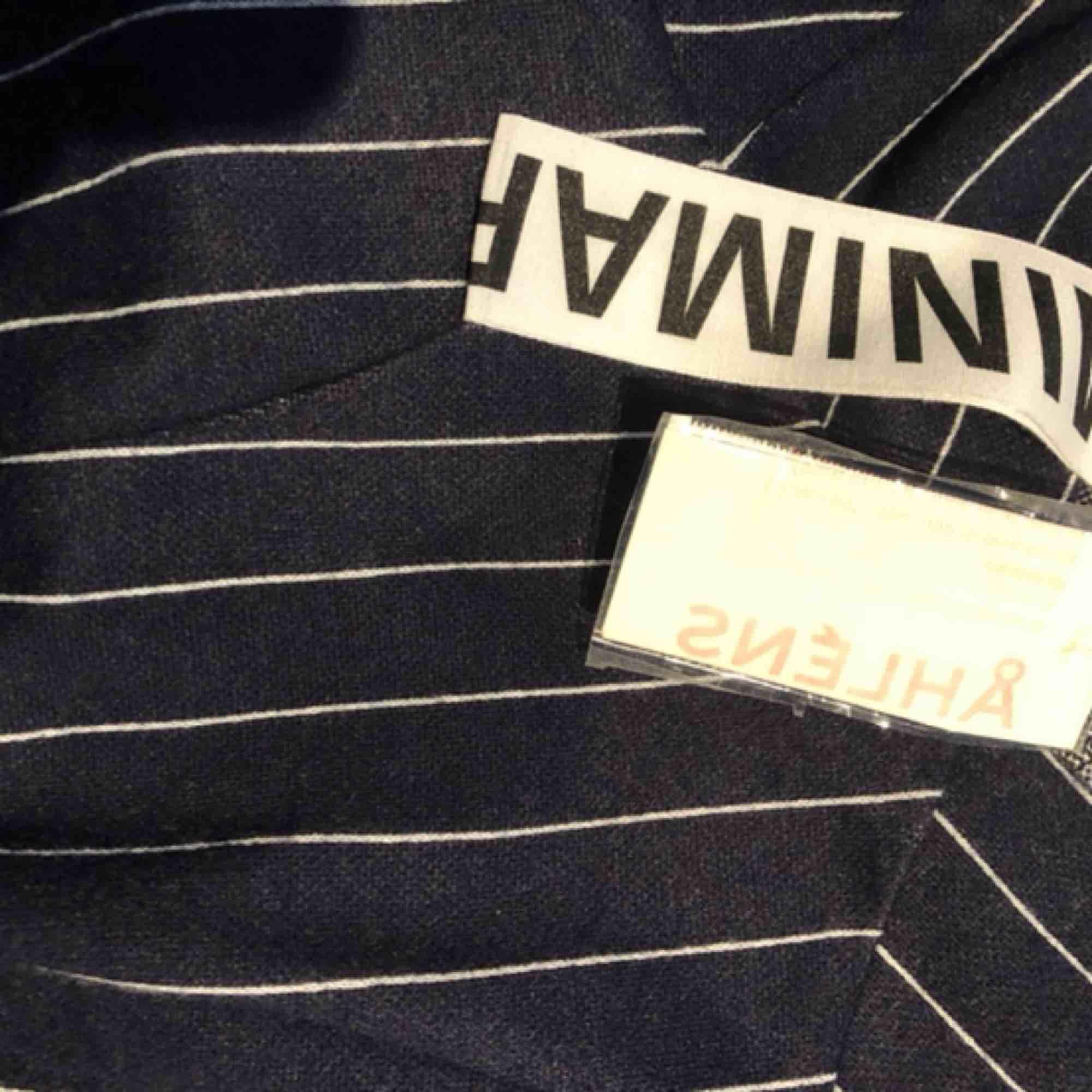 Oanvänd klänning från Minimarket! Långärmad, tjat modell med slitstarkt tyg i bra kvalité:). Klänningar.