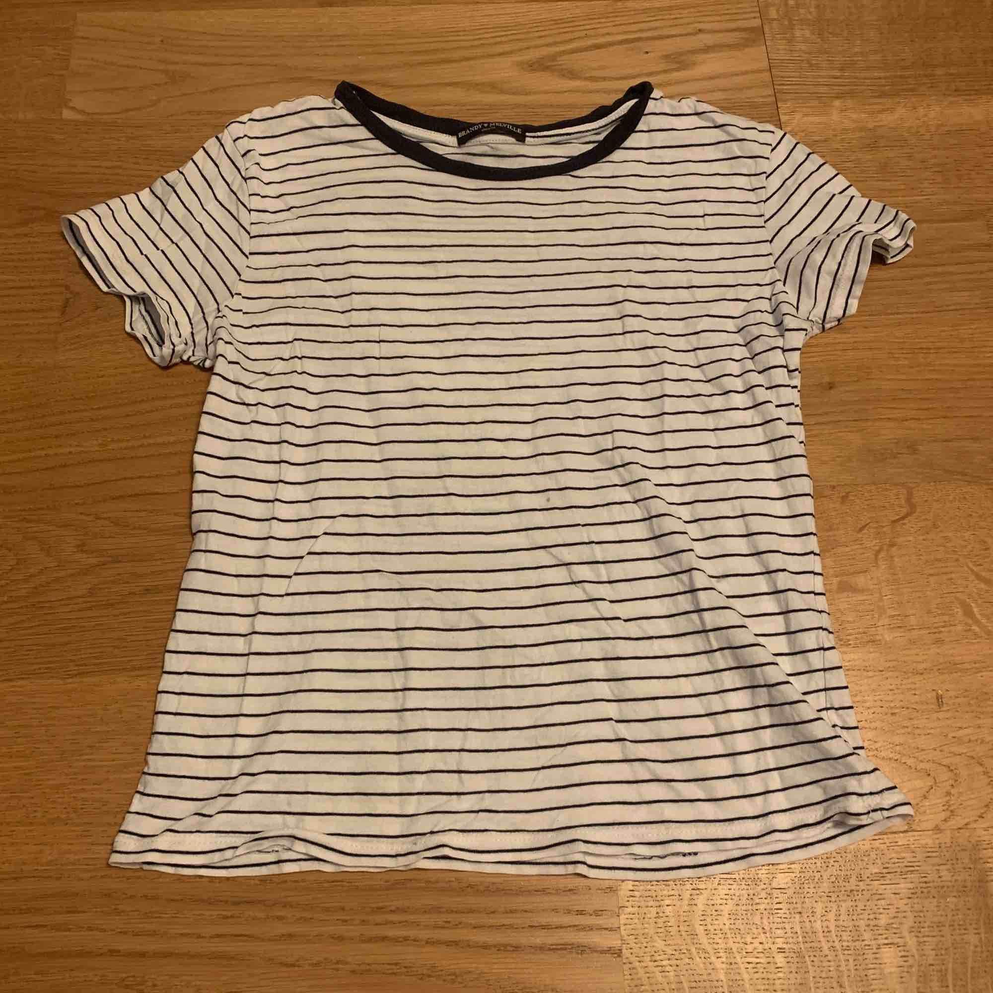 Randning t-shirt från brandy Melville. Den är sällan använd men den har en liten fläck på mitten ungefär av tröjan. T-shirts.