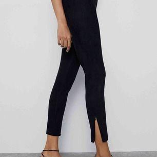Byxor/tights från Zara i fejkmocka, strl XS men mer som en S. Tight modell med dragkedja nedtill. Resår i midjan. Har även en brun färg