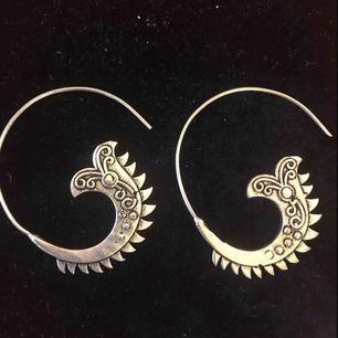 Spiralformat Örhänge i silver ( jag tror är silver köpte i Indien ) Örhänge med en hippi/bohemisk stil. Smycket är unikt