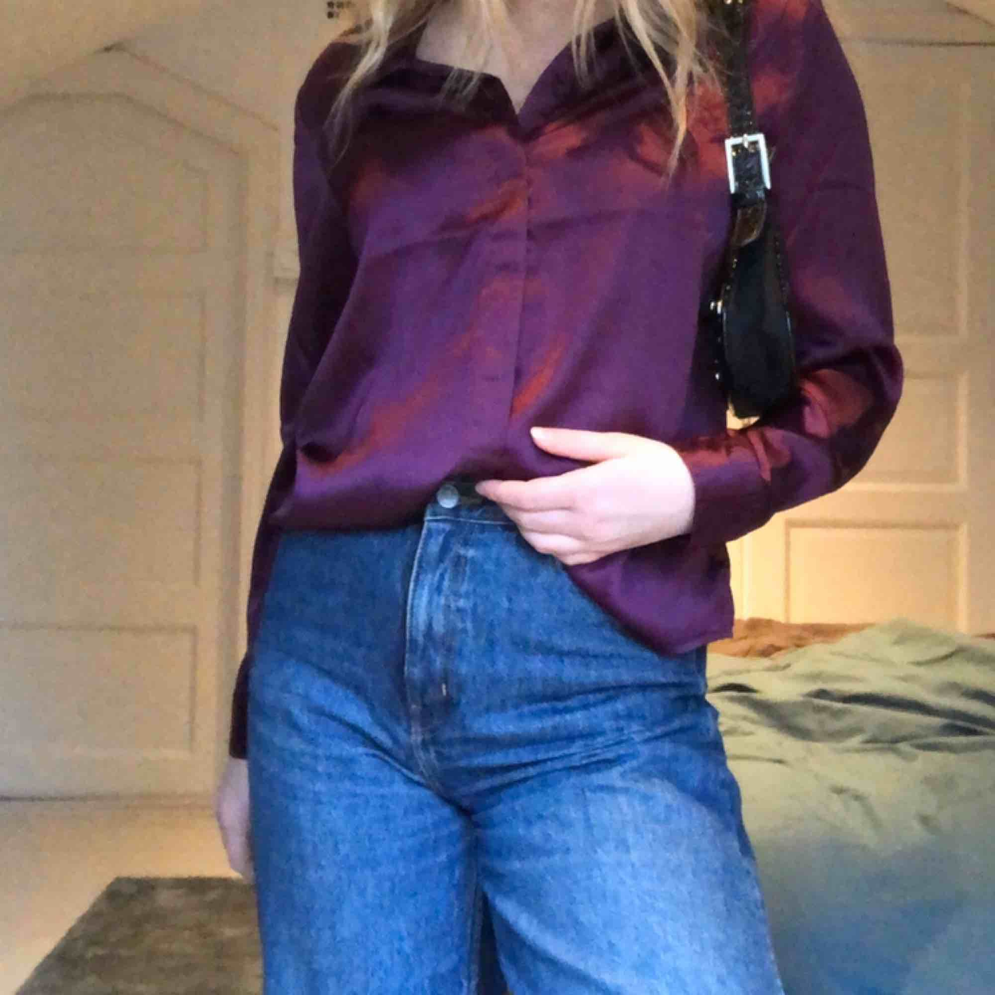 Superfin lila blus i festligt material, går både att styla till fest och till vardag! Blusen kommer från Rut & Circle (beställd från Na-kd) och är helt oanvänd!. Blusar.