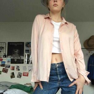 Puderrosa skjorta som passar perfekt till layering. Snygg vintage- och retrostil! 💖