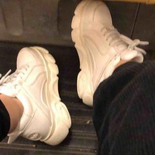"""ett par skit snygga """"låga"""" vita buffalo skor använda 2-3 gånger så de är inprincip i perfekt skick. det är den lägre versionen av buffalo skor, men är fortfarande väldigt höga och """"chuncky"""""""