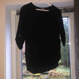 Svart tröja från vero Moda, halvärmad och även lite längre i bak än fram. Använd fåtal gånger