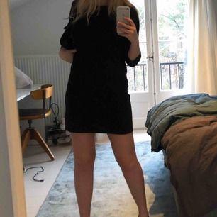 Supersöt svart klänning, använd max 1 gång. Går att ha till vardags och till fest, lite lösare modell för dom som inte vill ha en supertajt klänning!